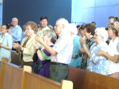 20a-Congregation clapping